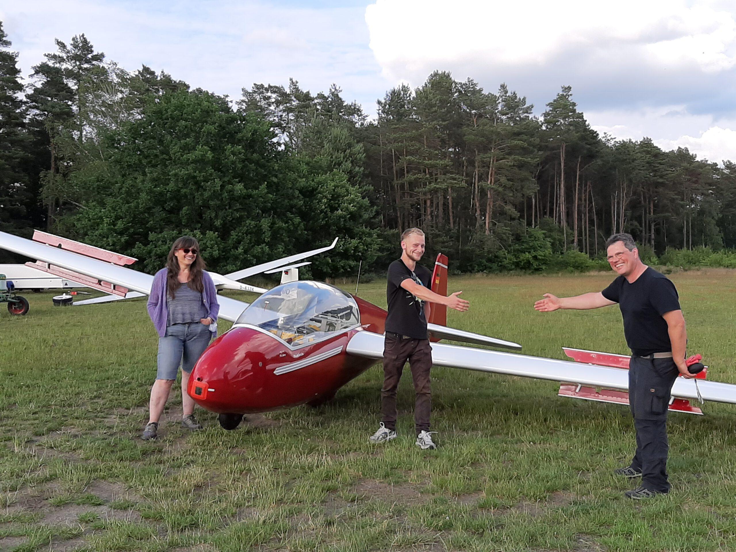 Tjark mit seinen Fluglehrern nach dem ersten Alleinflug